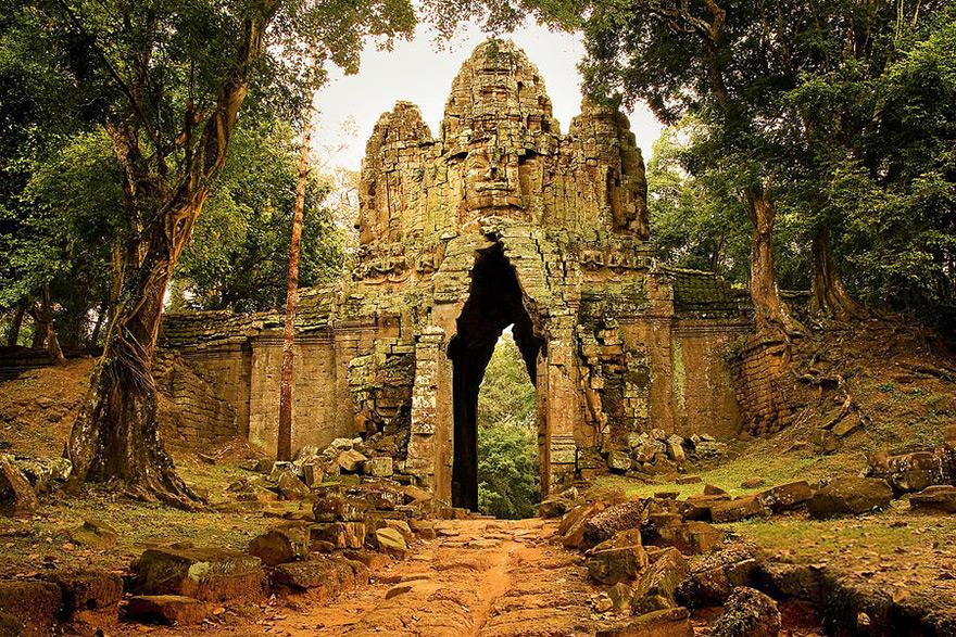 La nazionalizzazione dei templi di Angkor ed i fantasmi del passato